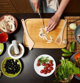 Tabelle mit dem gemüse betriebsbereit zu einem gesunden salat