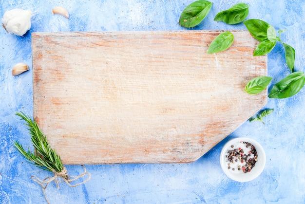 Tabelle mit gewürzen und kräutern zum kochen