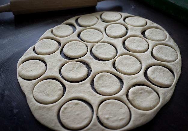 Tabelle mit hausgemachten donuts während des prozesses