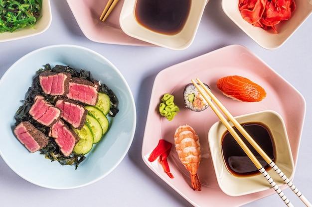 Tabelle mit traditionellem japanischem essen, draufsicht.