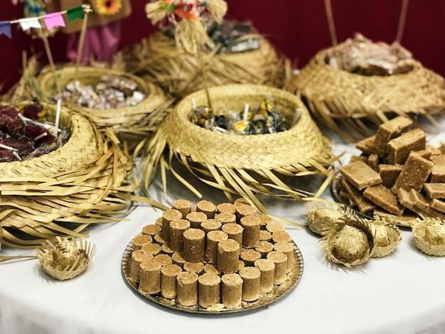 Tabelle mit typischen speisen für die party