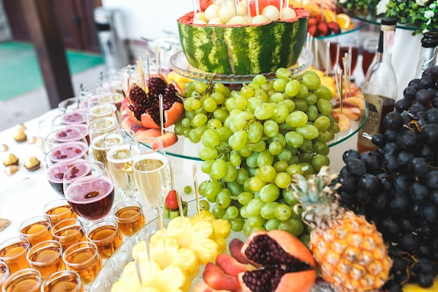 Tabelle mit verschiedenen arten von früchten und getränken