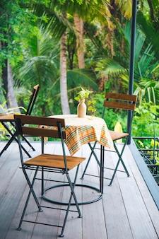 Tabelle und holzstühle mit stahl in der kaffeestube.