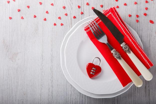 Tabelleneinstellung für einen romantischen feiertag valentinstag