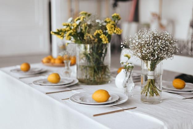 Tabelleneinstellung in weiß- und gelbtönen.
