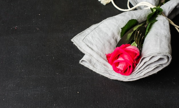 Tabelleneinstellung mit roter rose