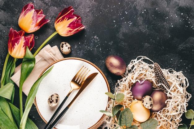 Tabelleneinstellung zum feiern von ostern, draufsicht, freier platz für text.
