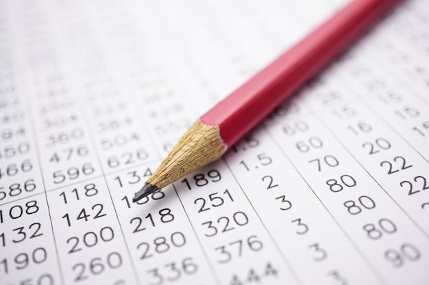 Tabellenkalkulation tischpapier mit bleistift.