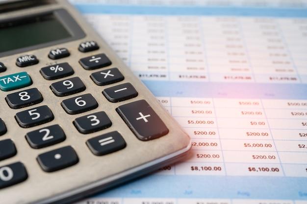 Tabellenkalkulation tischpapier mit taschenrechner. finanzentwicklung, bankkonto, statistik investment analytic research datenökonomie, handel, mobile office reporting business company meeting-konzept.