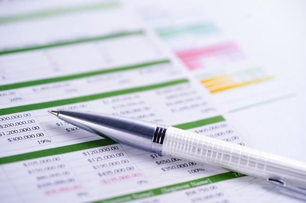 Tabellenkalkulationspapier mit bleistift.