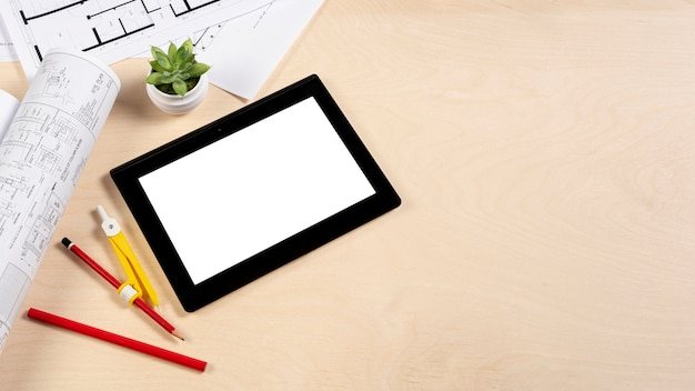 Tablet auf schreibtischmodell mit kopieraum