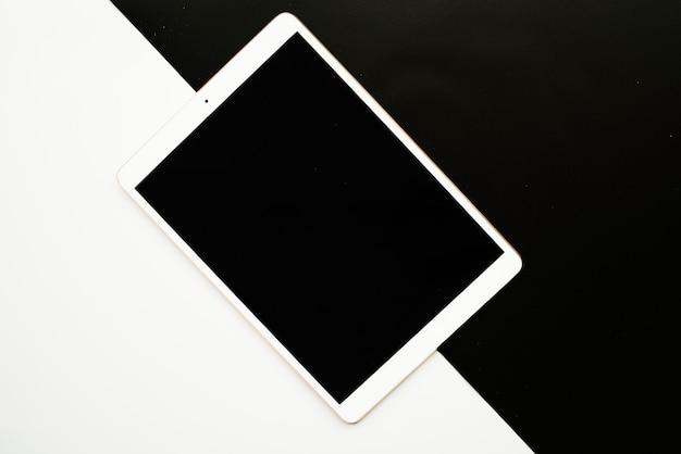 Tablet auf schwarzem und weißem brett
