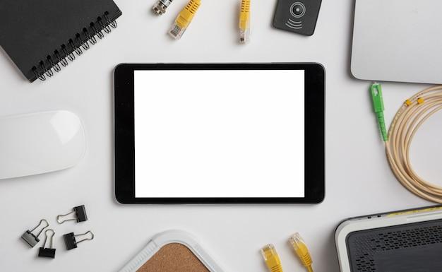 Tablet auf tischplattenansichtmodell