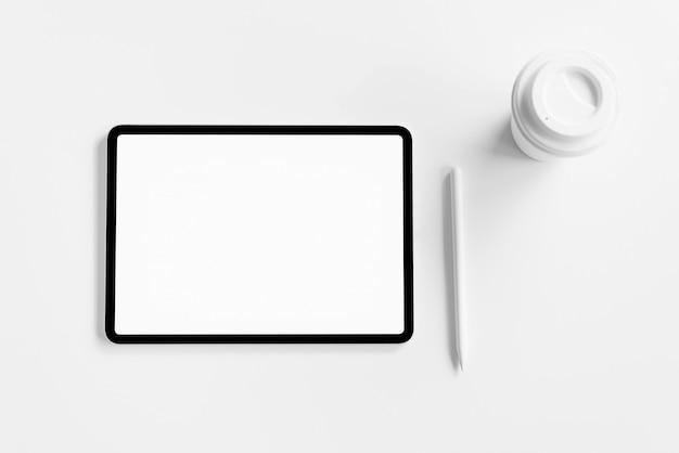 Tablet-bildschirm leer auf dem tisch zu verspotten, um ihre produkte zu fördern.
