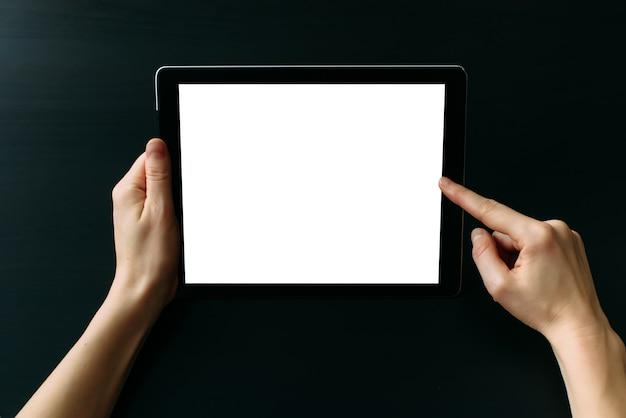 Tablet-computer mit weißem leerem bildschirm in den händen
