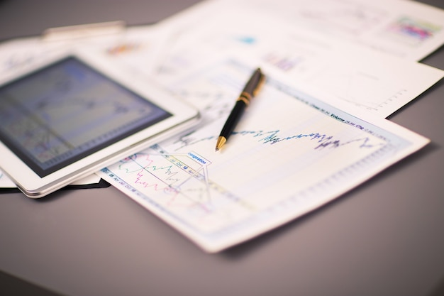 Tablet-computer und finanzdiagramme