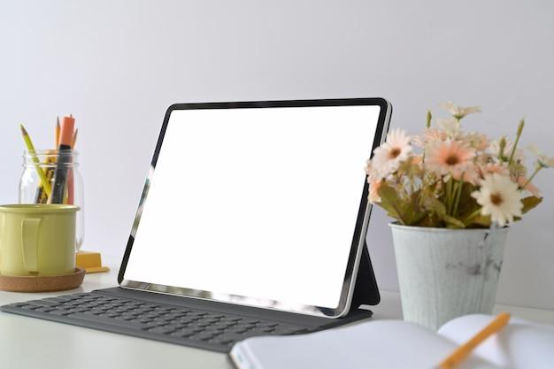Tablet des leeren bildschirms des modells mit tastatur auf hauptstudioarbeitsplatz