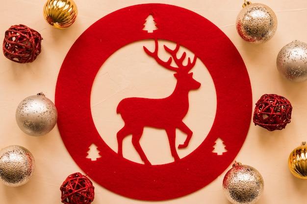 Tablet mit hirsch zwischen weihnachtskugeln