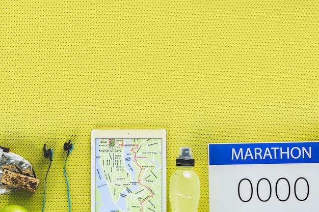Tablet mit karte in der nähe von marathon liefert