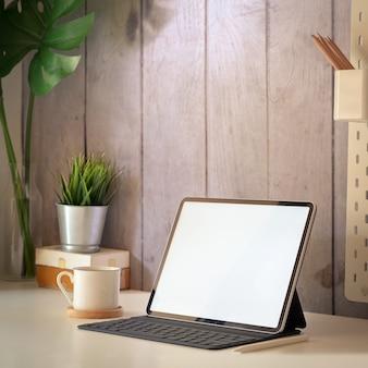 Tablet-modell im arbeitsbereich