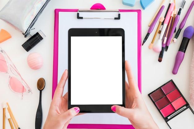 Tablet umgeben von make-up