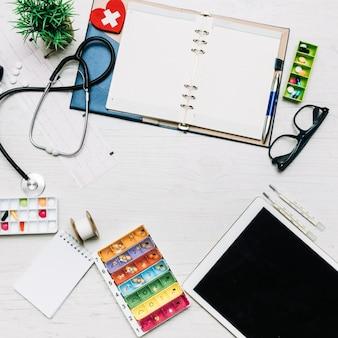 Tablet und notebook in der nähe von medizinischen verbrauchsmaterialien