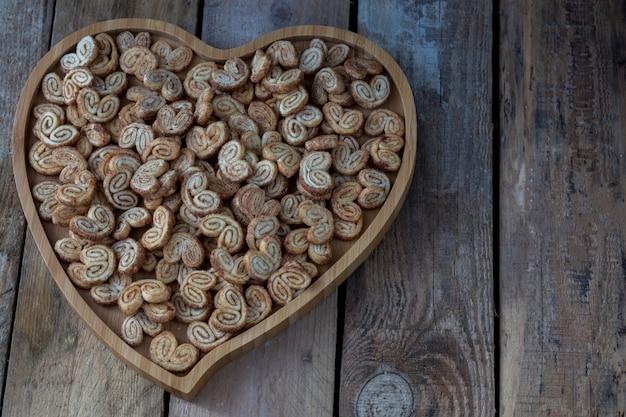 Tablett in form von herzen und keksen
