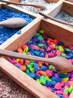 Tablett mit buntem feinstein für die herstellung eines schönen blumentopfs.