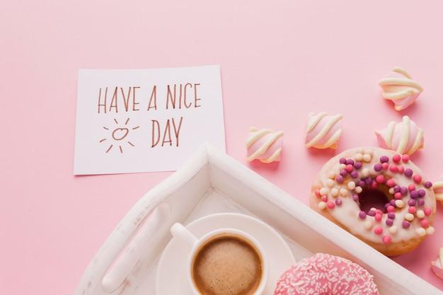 Tablett mit donut zum frühstück und kaffee