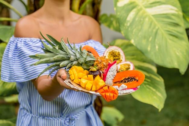 Tablett mit exotischen früchten