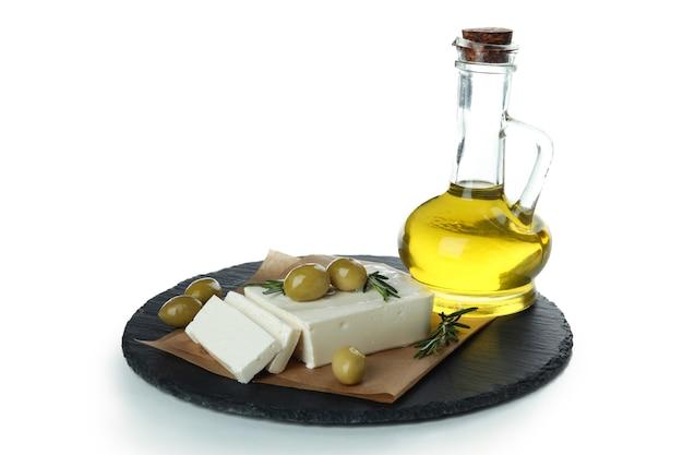 Tablett mit feta, oliven, rosmarin und öl isoliert auf weißer oberfläche