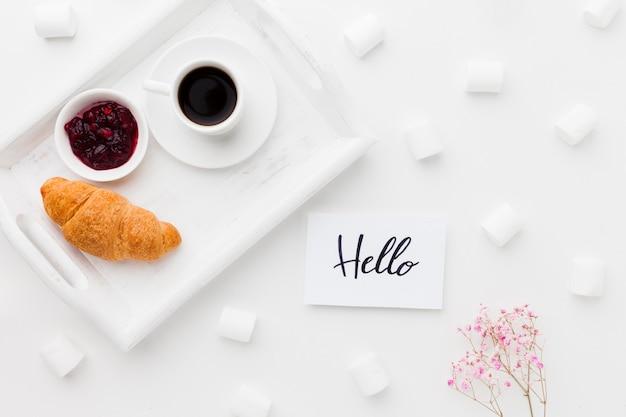 Tablett mit frühstück und marshmallow