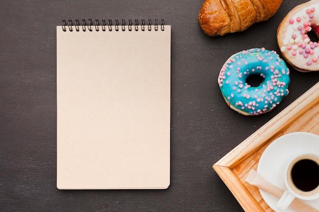 Tablett mit frühstück und notizbuch