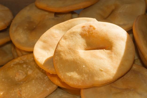 Tablett mit heißen gebratenen kuchen typische argentinische gastronomie