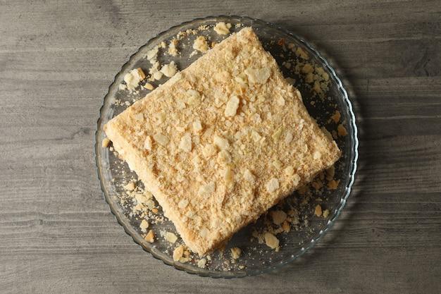 Tablett mit köstlichem napoleon-kuchen auf grauem tisch