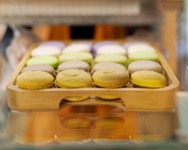 Tablett mit leckerem macarons-arrangement