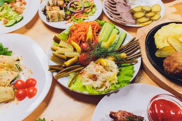 Tablett mit leckeren salami, stücke schinken, wurst und salat