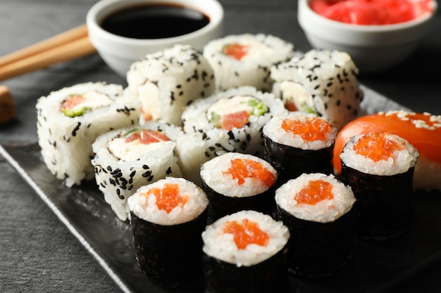 Tablett mit leckeren sushi-rollen. japanisches essen