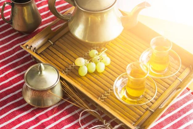 Tablett mit maurischem tee mit trauben