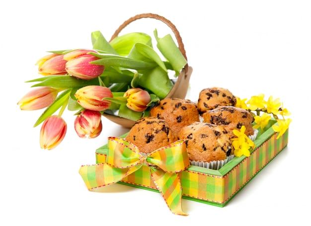 Tablett mit muffins und ein paar tulpen