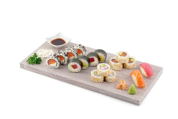 Tablett mit sushi-repertoire auf weißem hintergrund