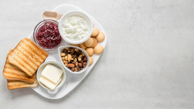Tablett mit toast und marmelade mit ablagefläche