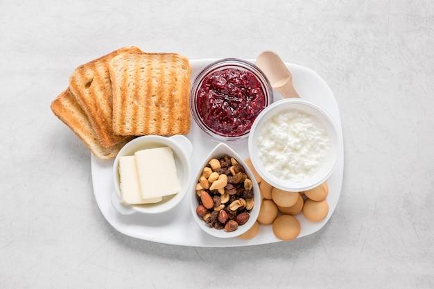 Tablett mit toast und marmelade