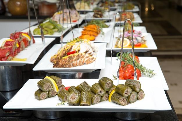 Tablett mit verschiedenen speisen für das salatbuffet