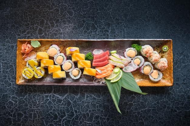 Tablett mit wunderschön präsentierten sushi-stücken