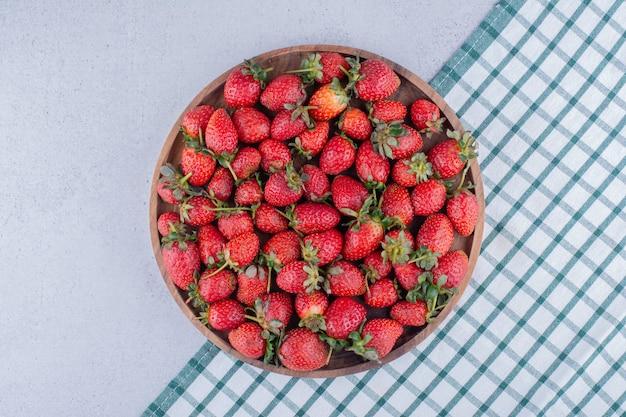 Tablett voller erdbeeren auf marmorhintergrund.