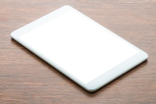 Tablette auf hölzernem hintergrund