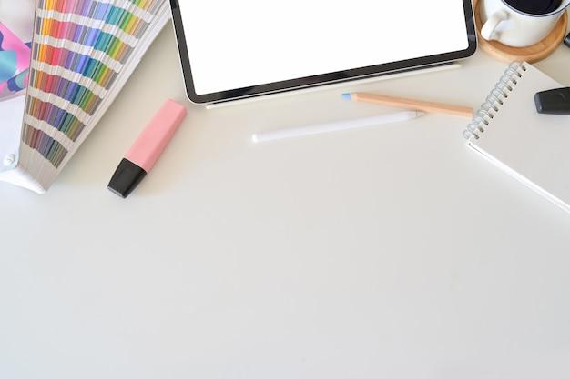 Tablette des leeren bildschirms auf dem desktop im grafikdesignstudio