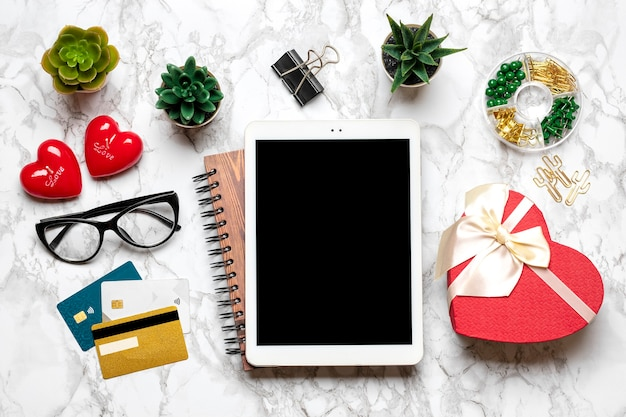 Tablette für wählt geschenke, macht kauf, tasse kaffee, debitkarte, box, tasche, zwei herzen auf marmortisch