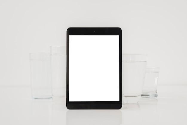 Tablette mit gläsern wasser